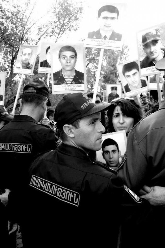 «Բանակն իրականում». Լալա Ասլիկյանին տեղափոխել են ոստիկանության կենտրոնական բաժին