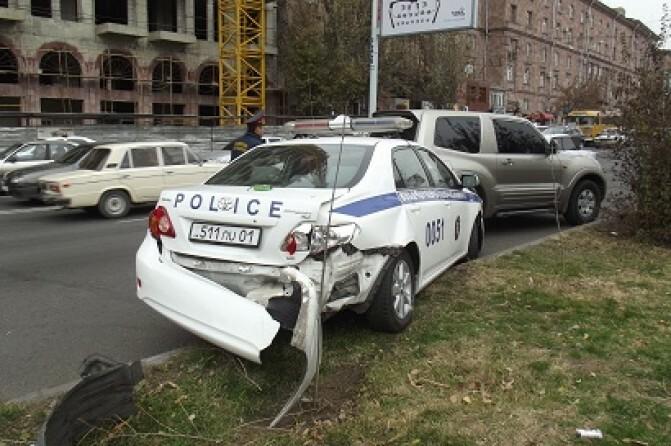 Երկու կողմից հարվածի է ենթարկվել ճանապարհային ոստիկանության մեքենան