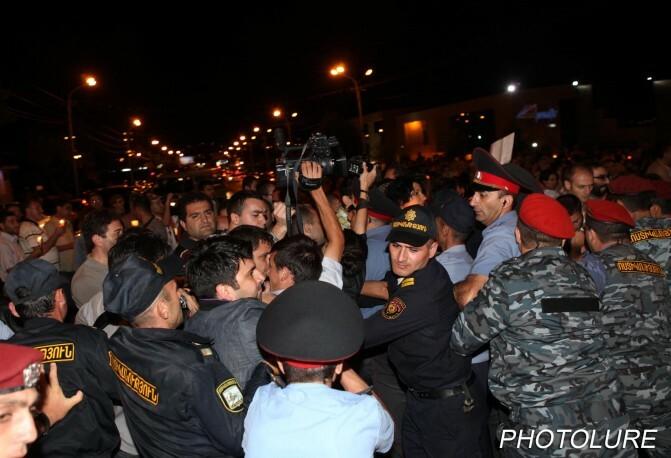 Բռնություն «Մեդիալաբի» ֆոտոլրագրողի հանդեպ. Բողոքի ակցիայի մասնակիցները շարժվում են Հայրապետյանի տան ուղղությամբ