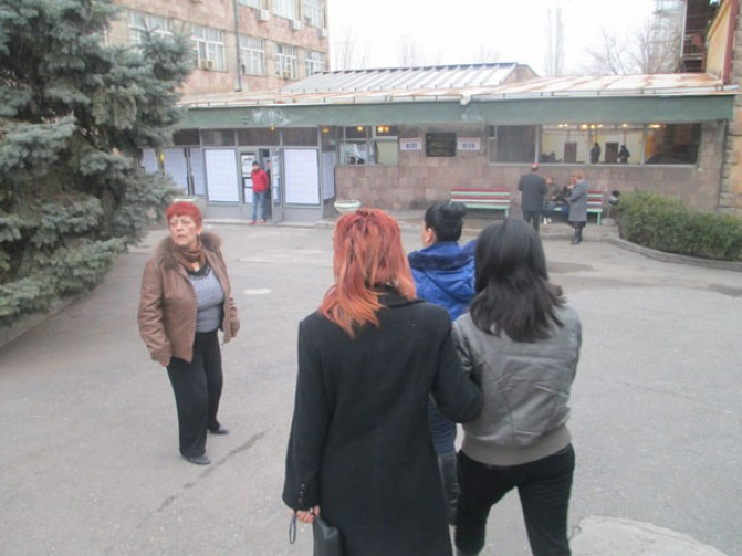 Ոստիկանները, հանձնաժողովի քարտուղարն ու նախագահը խոչընդոտեցին նկարելու՝ «Գազելով» բերման ենթարկված կանանց քվեարկությունը