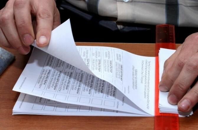 Ստորագրում են ընտրությունների չեկած ընտրողների փոխարեն, իսկ դիտորդներին ու լրագրողին սաստում են՝ «իրար չգաք» ասելով