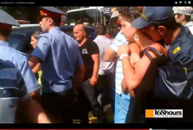 Ակտիվիստի պարանոցը համբուրած ոստիկանի լիազորությունները դադարեցվել են