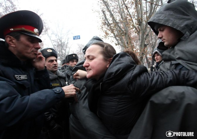 Ոստիկանները ուժ են կիրառել բանակում զոհված զինվորների մայրերի նկատմամբ