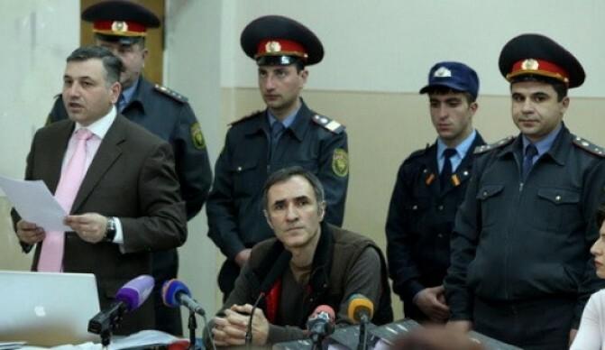 Վարդան Պետրոսյանի նկատմամբ դատական նիստն սկսվեց և ընթանում է լարված մթնոլորտում