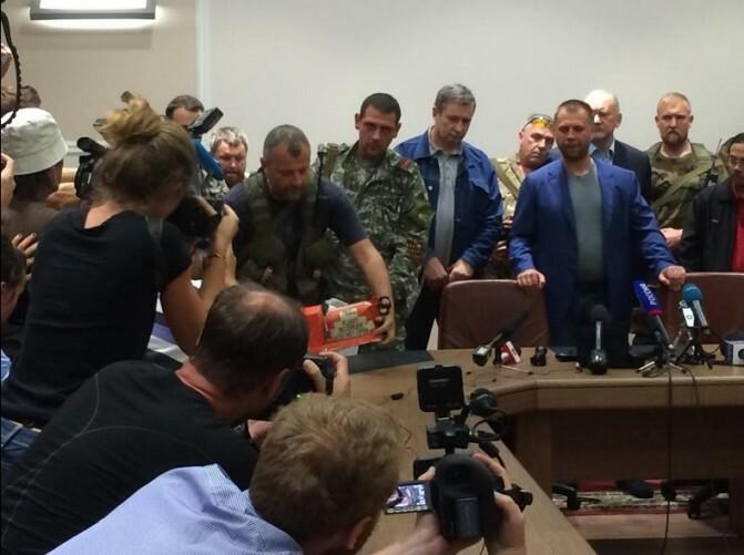 Ռուսամետ գրոհայինները հանձնեցին կործանված Բոինգ 777-ի սեվ արկղերը Մալազիայի պատվիրակությանը