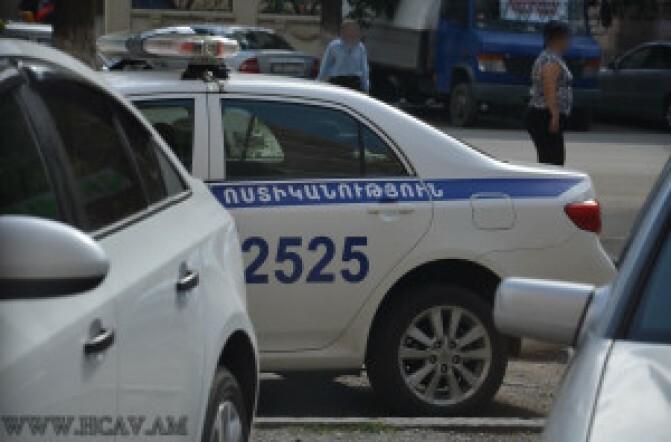 Ճանապարհային ոստիկանությունը երիտասարդին բերման է ենթարկել «իր մեքենայի մոտ անկանոն շարժումներ կատարելու» համար
