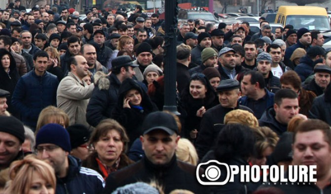 Առեւտրականները փակել են Բաղրամյան փողոցը՝ նախագահից պահանջելով պատասխան