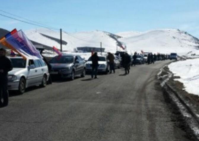 ՀԽ-ի ավտոերթը հասնում է Գյումրի. քաղաքի մուտքի մոտ լարված իրավիճակ է. ԳԱԼԱ
