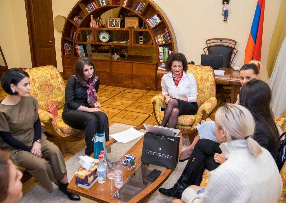 Աննա Հակոբյանը հանդիպել է հայ դիզայներների հետ
