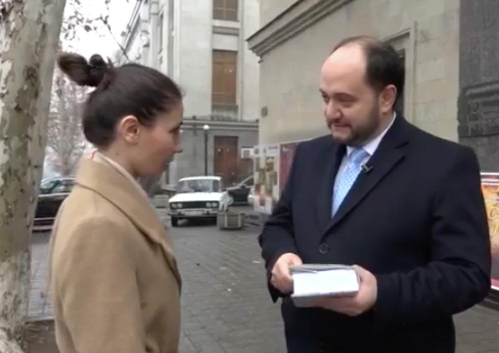 Վարչապետը և կառավարության անդամները գրքեր են նվիրում քաղաքացիներին. Տեսանյութ
