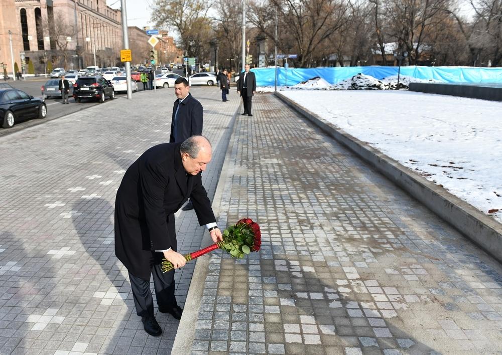 Արմեն Սարգսյանը հարգանքի տուրք է մատուցել 2008թ. մարտի 1-ի զոհերի հիշատակին․ Տեսանյութ