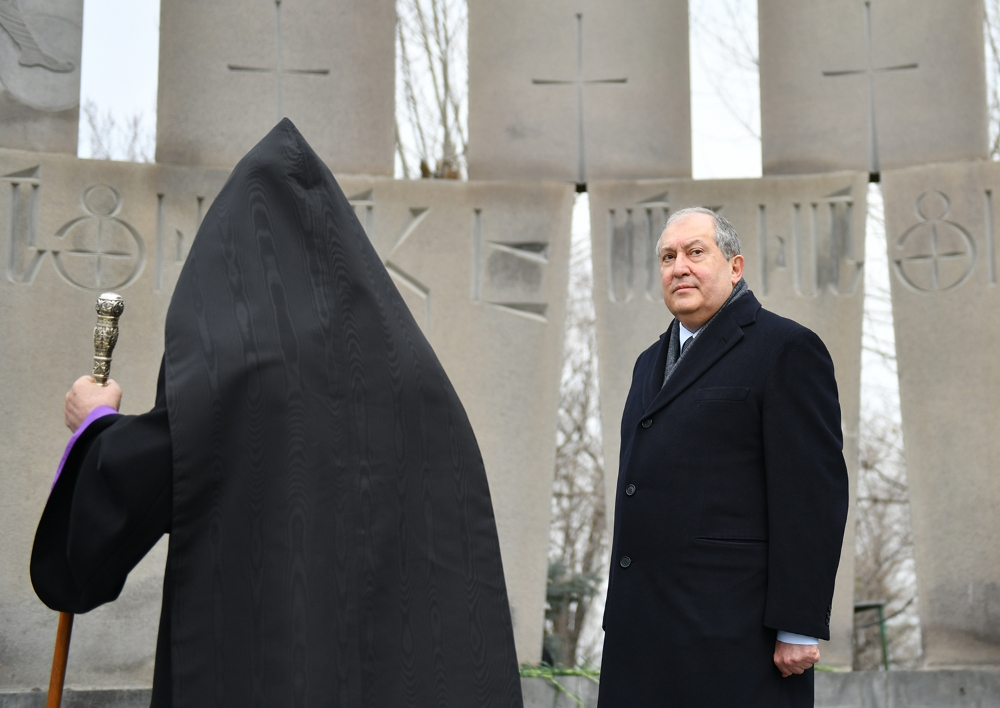 Վազգեն Սարգսյանն այսօր կդառնար 60 տարեկան. նախագահ Սարգսյանը «Եռաբլուր» պանթեոնում հարգանքի տուրք է մատուցել նրա հիշատակին