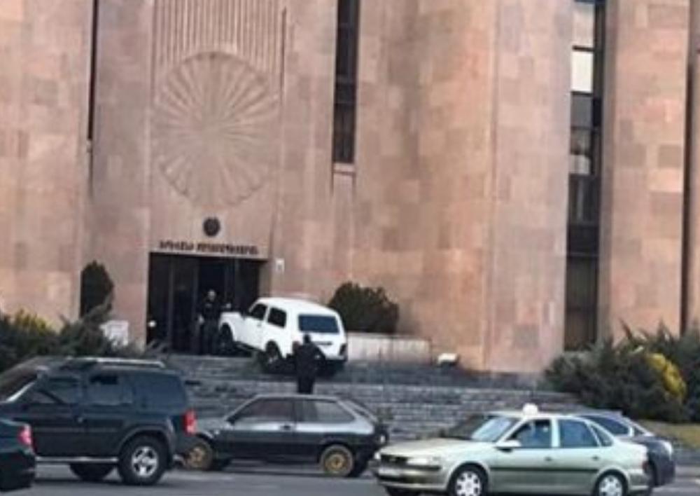 Քաղաքացին, ում խանութը ցանկացել են քանդել, փորձել է մեքենան հրկիզել քաղաքապետարանի դիմաց. Տեսանյութ