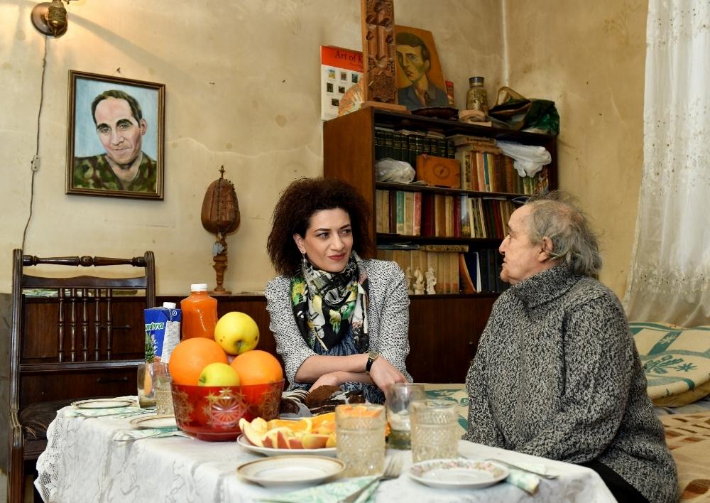 Աննա Հակոբյանը Հաց բերող Արթուր Սարգսյանի մորը հանձնել է «Տիգրան Հայրապետյան»-ի անվան մրցանակը