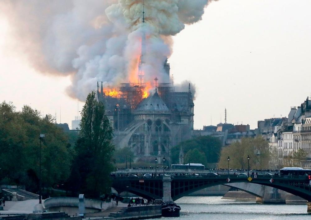 Մեծ հրդեհ. Փարիզի Աստվածամոր տաճարն այրվում է(Տեսանյութ)