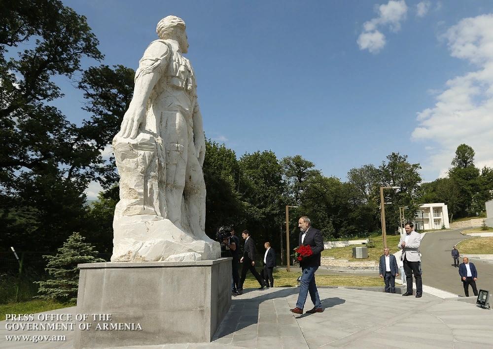 Նիկոլ Փաշինյանը ծաղիկներ է խոնարհել Հայաստանի  ազգային հերոս Մոնթե Մելքոնյանի հուշարձանին