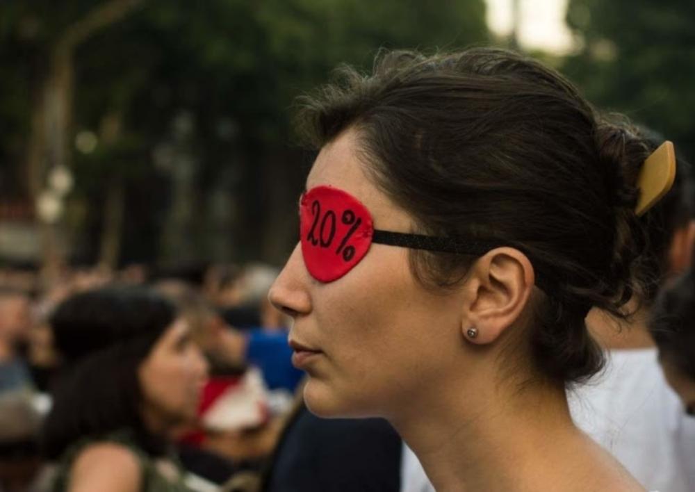 Խաղաղ ցույց Թբիլիսիում՝ խորհրդարանի առաջ, արյունալի ակցիայից հետո. ֆոտոռեպորտաժ