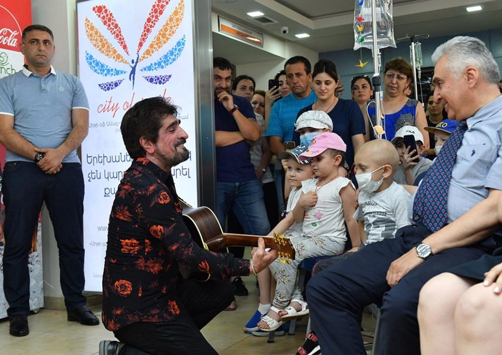 Աննա Հակոբյանի նախաձեռնությամբ քաղցկեղի դեմ բուժվող երեխաներին է այցելել հայտնի երգիչ Հարութ Փամբուկչյանը
