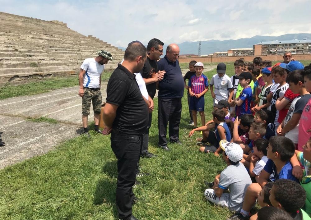 ՀՖՖ-ն գնդակներ և մարզագույք է նվիրել Վարդենիսի մարզադպրոցին