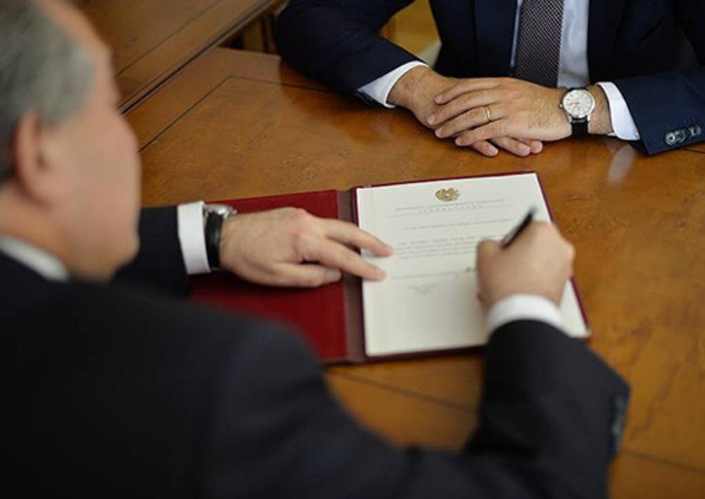 Նախագահը Վալերի Օսիպյանին, Արթուր Վանեցյանին, Արթուր Դավթյանին, Սասուն Խաչատրյանին և այլոց կոչումներ և դասային աստիճաններ շնորհելու հրամանագրեր է ստորագրել