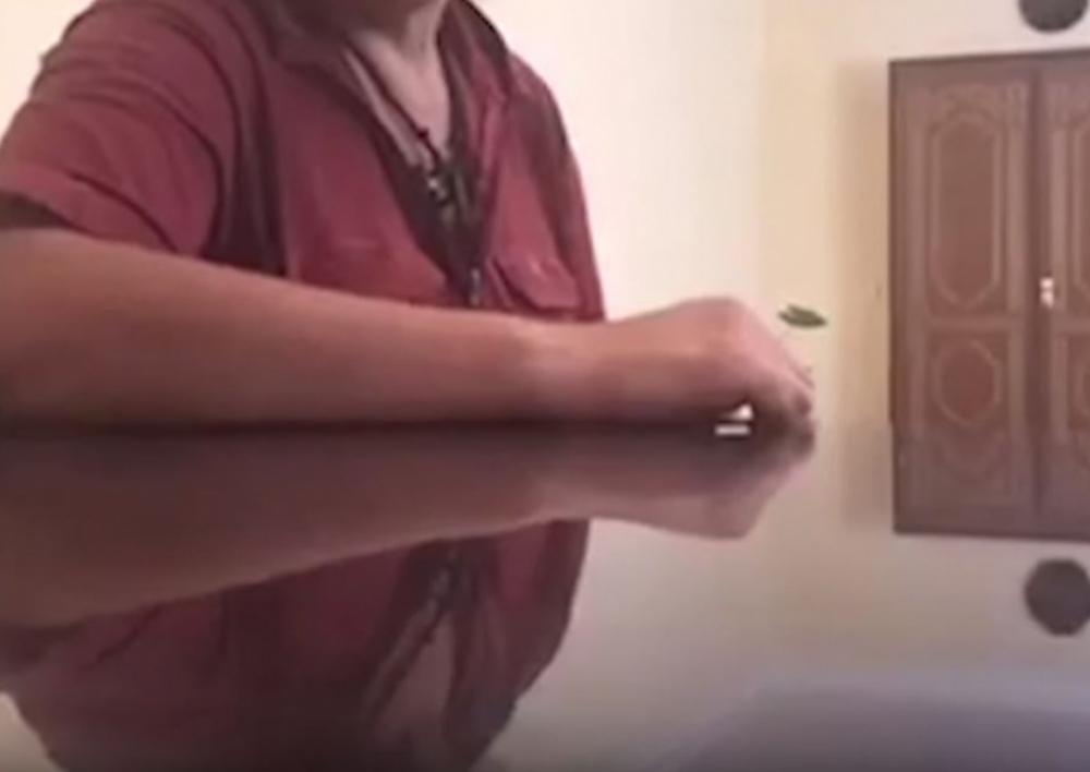 Ոստիկանները հայտնաբերել են «Եռաբլուրում» շիրմաքարերին մոմ թափած անձին . Տեսանյութ