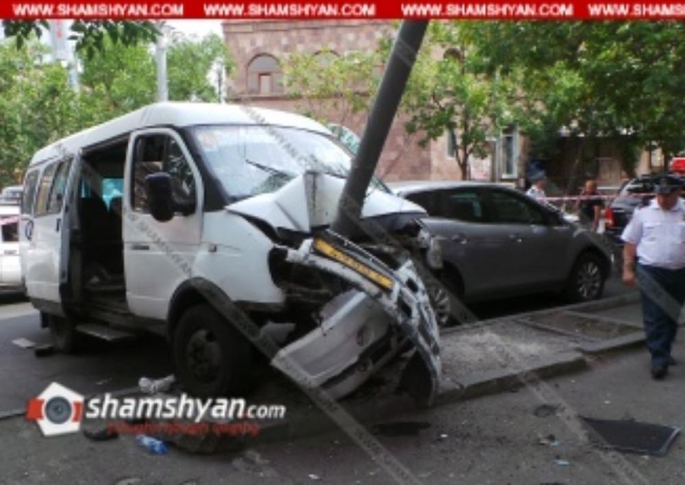 Խոշոր ավտովթար Երևանում. թիվ 28 երթուղին սպասարկող Газель-ը բախվել է էլեկտրասյանն ու կայանված Mazda-ին