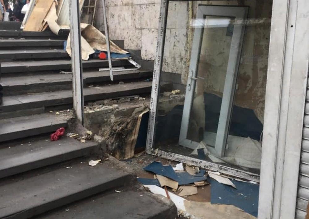 Ապամոնտաժվում են Բարեկամության մետրո տանող աստիճանավանդակների կրպակները