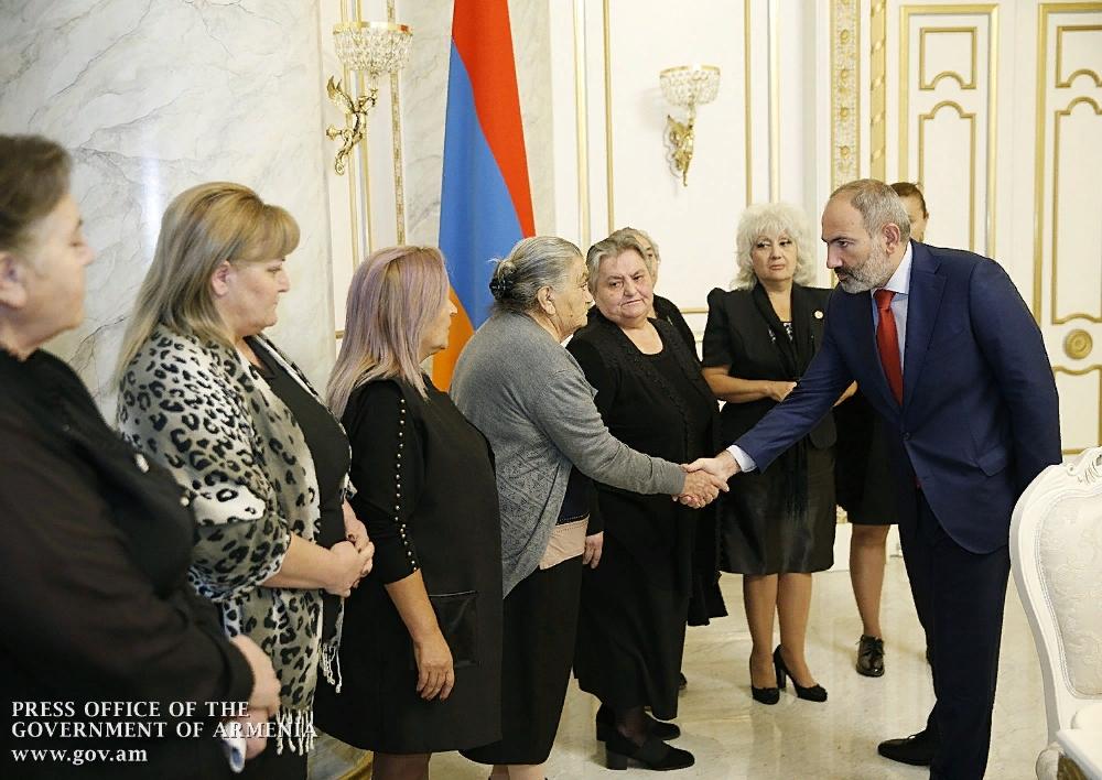 Ձեր խնդիրները մեր մշտական ուշադրության կենտրոնում են. վարչապետը հանդիպել է զոհված զինծառայողների մայրերի հետ․Տեսանյութ