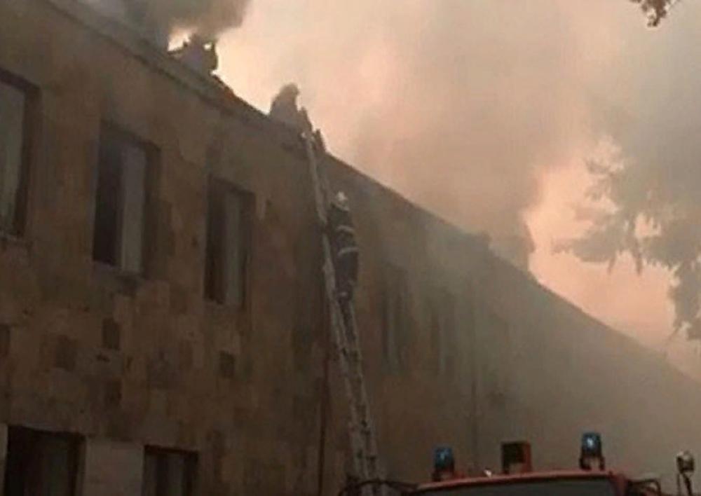 ԱԺ շենքի վարչական տարածքում գտնվող շինության տանիքի հրդեհը մարվել է․ Տեսանյութ
