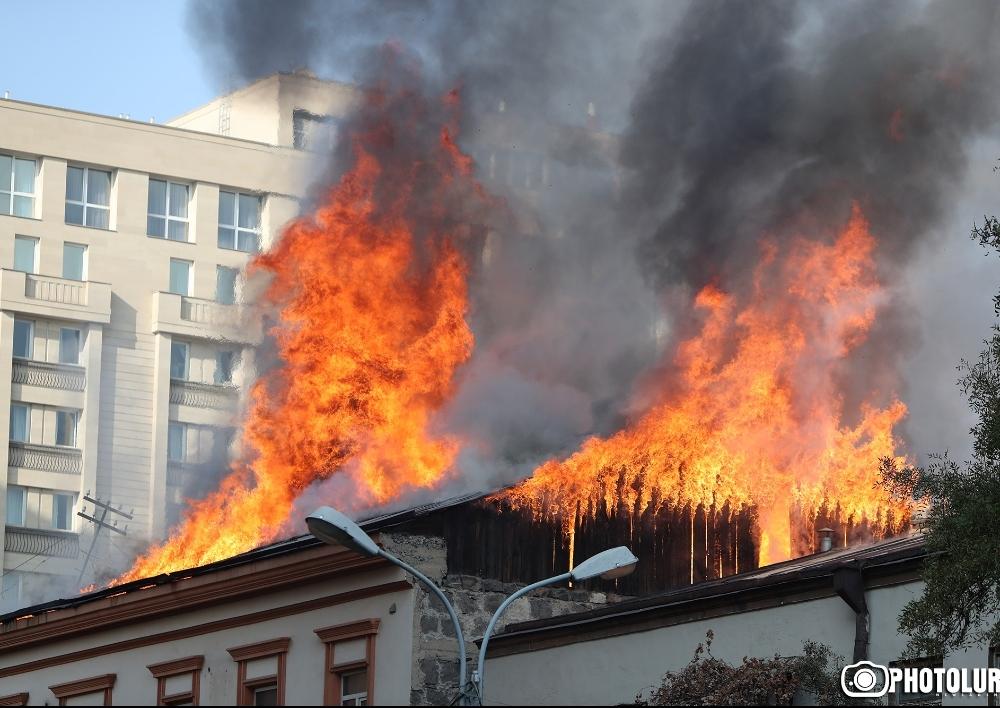 Աբովյան փողոցում գտնվող ռեստորանի տանիքում բռնկված հրդեհը մարվել է. Տեսանյութ