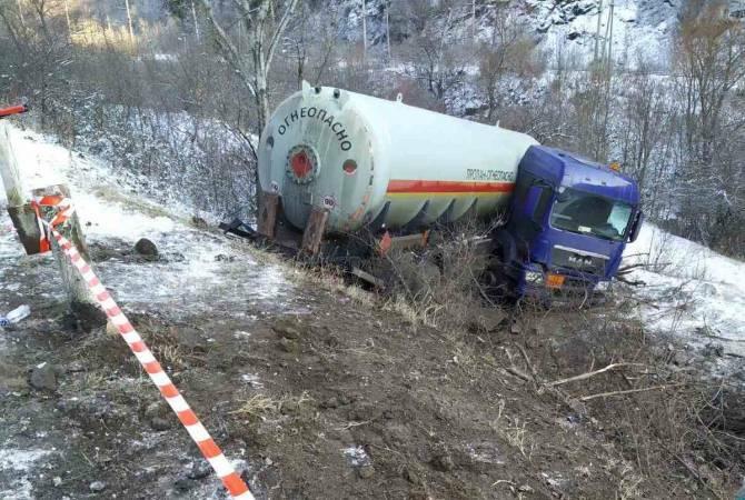 Երևան-Իջևան ճանապարհի 105-րդ կմ-ին կցորդիչով բեռնատարը սահել է ձորը