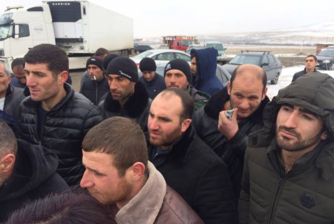 Երևան-Արմավիր ճանապարհը փակած անասնապահները սպասում են մարզպետի հետ նոր հանդիպմանը